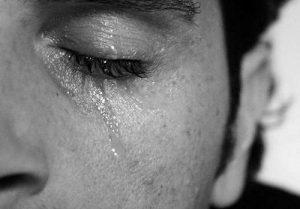 uomo_piange