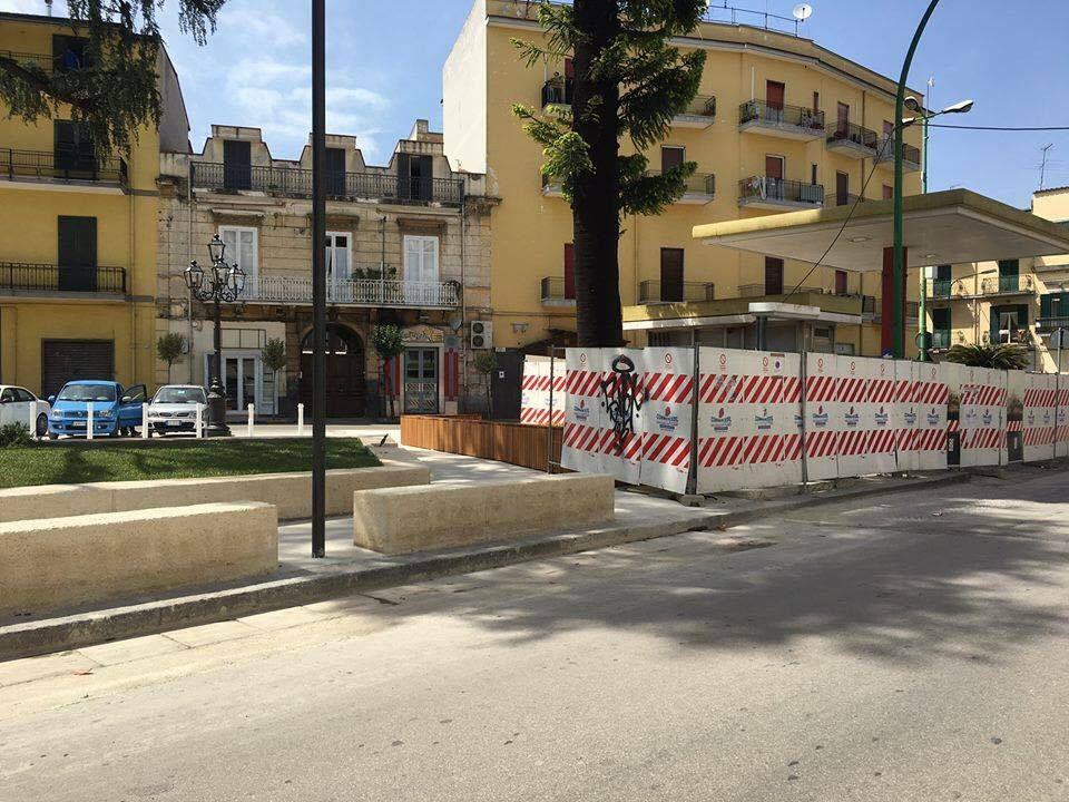 Afragola piazza belvedere muretti di cemento e poche for Arredo trasporti afragola