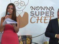 """La nonna Paola Poggioni, Toscana, vince la prima edizione di """"Nonna Super Chef"""".Casoria presente tra i partecipanti e nella conduzione con Monica Pignataro."""