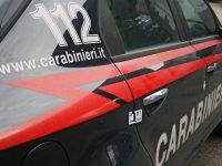 Carabinieri inseguono sospetti su moto ma i 2 imboccano strada chiusa e cadono. Vicino al mezzo abbandonato una mitraglietta e una pistola, è caccia ai fuggitivi