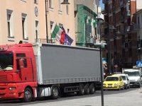 Casoria. Bilico blocca la circolazione in piazza Cirillo