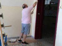 Scampia: gli insegnanti tinteggiano le pareti della scuola durante le ferie estive. Inutili pregiudizi di alcuni esponenti politici.