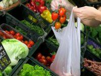 Supermercati: da gennaio  i sacchetti trasparenti per la frutta e la verdura saranno a pagamento.