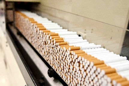 Esponeva in vendita sigarette di contrabbando, denunciato 35enne