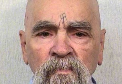 Ha compiuto uno degli omicidi più crudeli della storia: ora Charles Manson lotta tra la vita e la morte