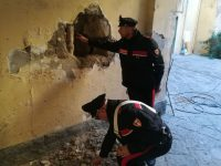 Casoria: bloccano accesso a condominio per rubare in tabaccheria e poi, quando intervengono i carabinieri, si danno alla fuga. Uno dei malfattori cade…