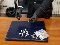 22Enne fermo in auto davanti scuola con dosi di cocaina, carabinieri arrestano lui e denunciano la fidanzata minorenne