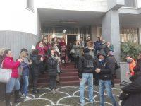 Blocco stradale a Casoria: i lavoratori ex Carrefour protestano al comune
