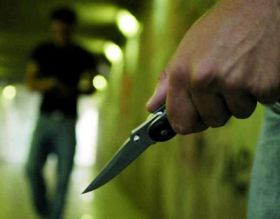 Rissa fuori a un locale: due fratelli si feriscono con armi da taglio