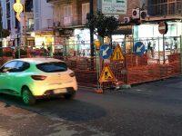 Cominciati ieri mattina i lavori per la riqualificazione dei marciapiedi di via Marconi e parte di via Principe di Piemonte, ma sui social fioccano le polemiche