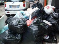 """Riceviamo e pubblichiamo: in via Verga si """"dimenticano"""" di ritirare la spazzatura"""