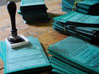 Elezioni shock a Casoria: una scrutatrice strappa le pagine di un registro elettorale
