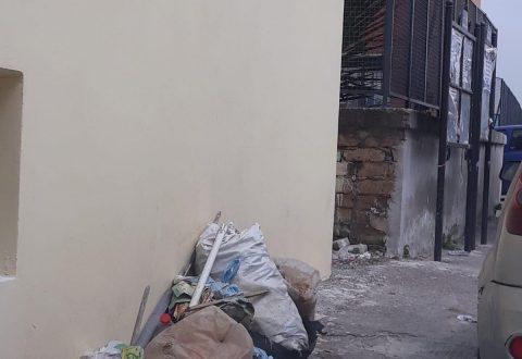 Via Garibaldi, Arpino: rifiuti e sporcizia sparsi in strada, i cittadini reclamano videosorveglianza e ispezioni