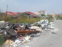 Amianto sbriciolato e sparso in strada: migliaia di cittadini in pericolo a Casoria