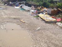 Una parte della città abbandonata: i residenti di Via Mameli denunciano il degrado della zona.
