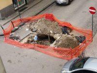 Oggetto del malumore dei residenti: una grossa voragine apertasi in Via Silvio Pellico-angolo Via Settembrini, causata da un cedimento