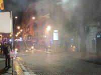 Terrore nel centro di Napoli stanotte: due esercizi esplodono in via Toledo