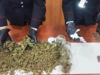 Droga: un arresto e un sequestro contro ignoti da parte dei carabinieri. Il materiale era nascosto nel cortile