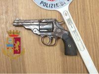 Polizia Afragola: era agli arresti domiciliari, ritrovato con  pistola nel comodino e droga sulla sedia