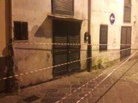 Via Santa Croce: le famiglie dello stabile sgomberato ancora per strada.