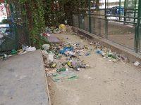 Riceviamo e pubblichiamo: campo da bocce abbandonato e fatiscente proprio di fronte alla Stazione Ferroviaria di Casoria. Pessimo ingresso per i pendolari