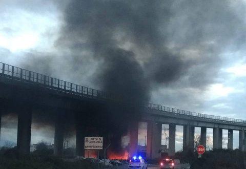 """Ennesimo rogo """"tossico"""" ieri a Casoria: vigili del fuoco prontamente intervenuti sul posto, ma la qualità dell'aria diventa ogni giorno peggiore"""
