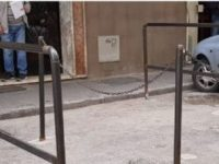 Viabilità, la polizia municipale di Casoria taglia i paletti abusivi al Parco Salemi