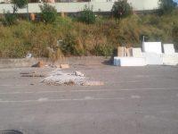Via Giacomo Watt, il parcheggio della 219 diventa una discarica abusiva