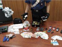 Afragola: Si barrica in casa e tenta di disfarsi della droga lanciandola dalla finestra. 36enne arrestato dai carabinieri