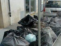 I residenti di Via Carducci lamentano accumuli di rifiuti per strada.