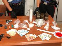 Due piazze di spaccio smantellate dai carabinieri. 3 Persone in manette e una denunciata, 3 persone arrestate e una denunciata in stato di libertà, tutte per detenzione e spaccio di stupefacenti.